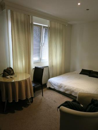 The 5th Floor Apartments: Одна из комнат апартаментов с большой двуспальной кроватью