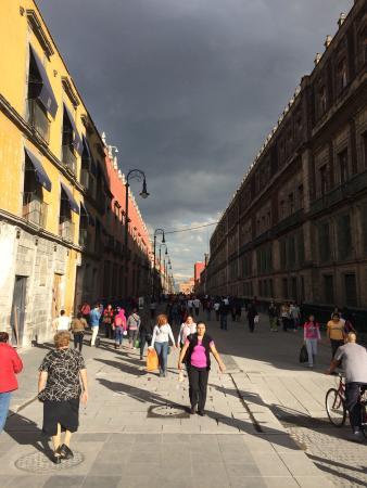 Historic Center (Centro Historico): Calle Seminario o La Moneda camino al Templo Mayor después del Zócalo