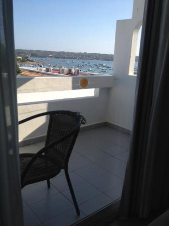 HOMEnFUN Formentera Suites: Quarto com vista parcial do mar