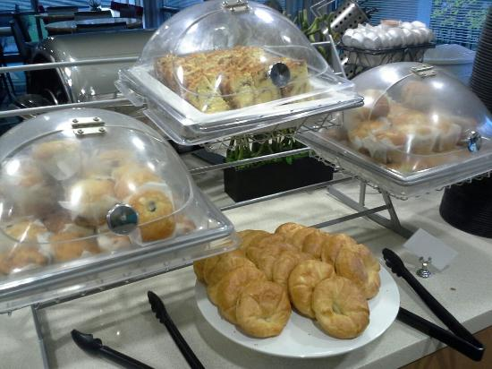 SpringHill Suites Chicago O'Hare : Breakfast breads
