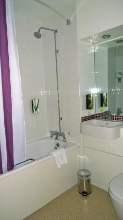 Premier Inn Edinburgh A7 (Dalkeith) Hotel: Shower