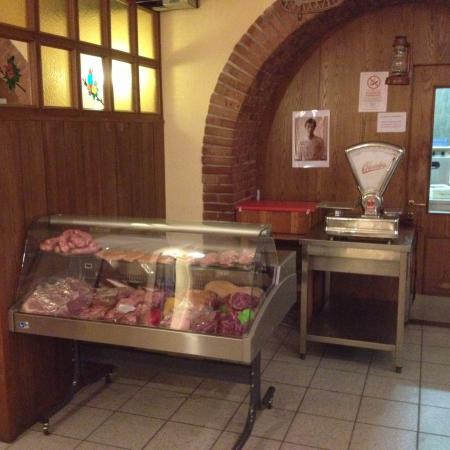 Trattoria AL CASTELLON: Banchetto per la scelta diretta delle carni.
