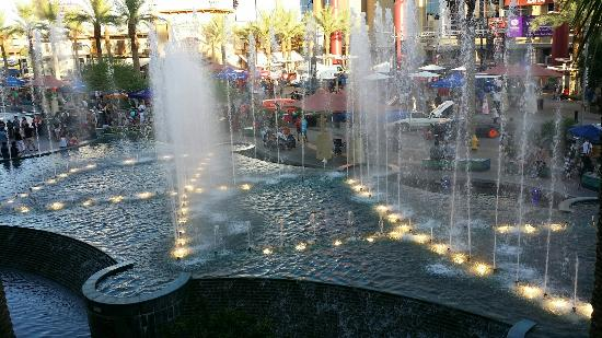 Westgate Entertainment District: Love the fountain.  ...