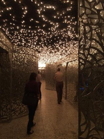 Sulaymaniyah, Irak: Hall of mirrors - mirrors and lights commemorate those killed.
