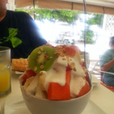 Paradiso Cafe: Huge fruit salad