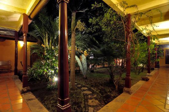 Hotel La Pergola: Corredor de noche