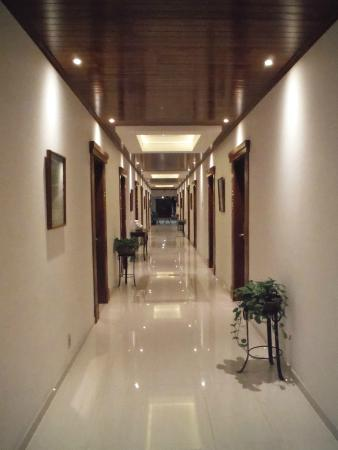Globales Camino Real: Hallway of rooms