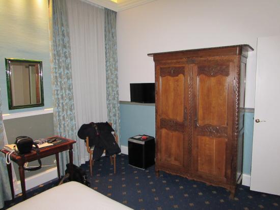 BEST WESTERN Hotel Champlain France Angleterre : Vue de la chambre côté armoire