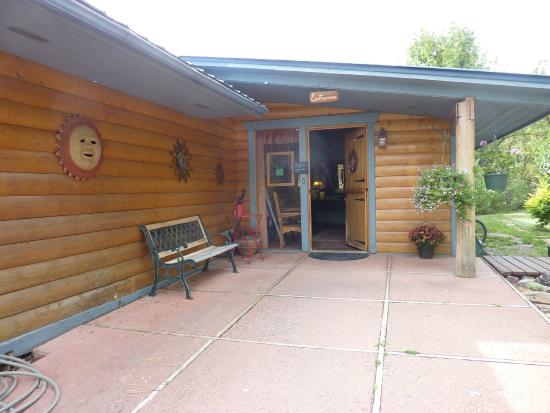Country Sunshine Bed and Breakfast: Entrance to the B&B.