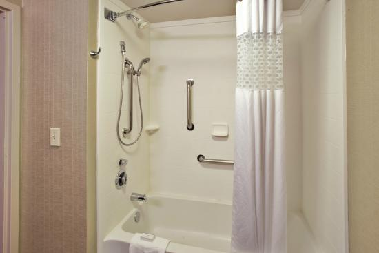 Hampton Inn Bowie: ADA Tub