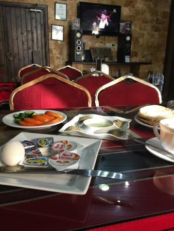 Queen Ayola Hotel: Breakfast - there is no choice.  Flat bread, boiled egg, oil and zataar, cucumber, tomato, butte