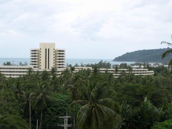 Karon Hill Condo: Вид с балкона на плаж Карон и отель Hilton