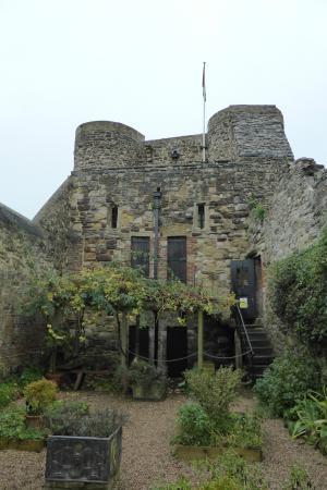 Rye Castle Museum: Zicht vanuit de tuin.
