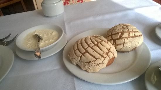 El Cardenal: Deliciosas conchas calientes con natas
