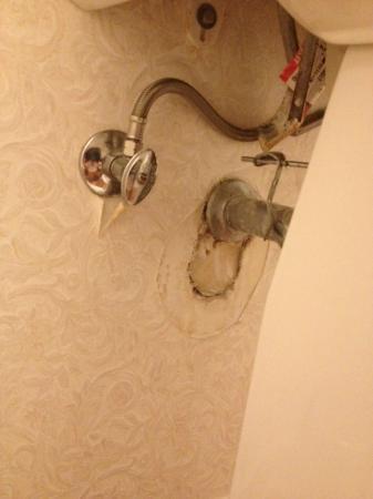 The Gables Inn Sausalito: Behind the bathroom sink.