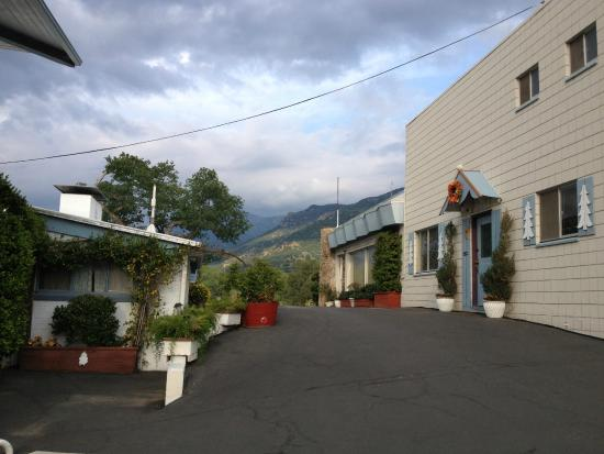 Sierra Lodge: View from the parking area