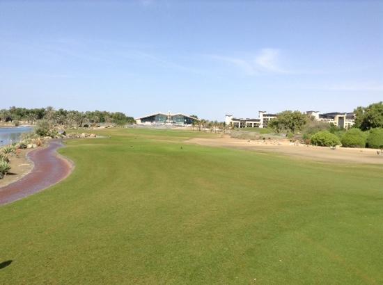 Abu Dhabi Golf Club: クラブハウスが鳥が羽を広げた屋根になってます