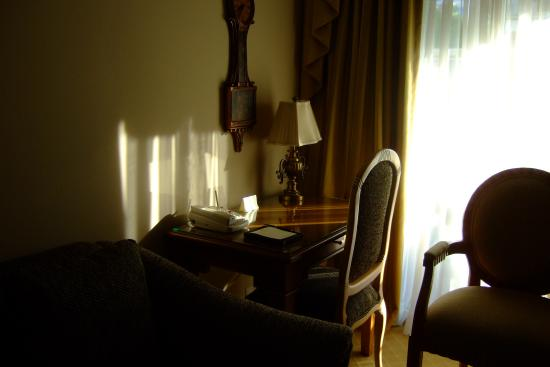 Beverly Hills Plaza Hotel: The Morning Sun Hitting a Typical Sitting Room,