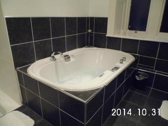 Hedgefield House Hotel: Massive double bath