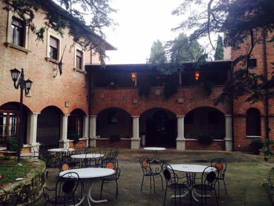 Hotel Villa Pambuffetti: Tavoli davanti all'entrata