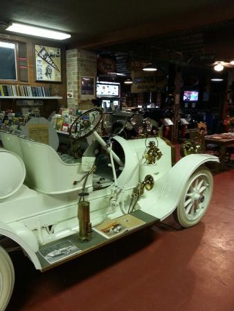 Fort Lauderdale Antique Car Museum: Ett/en av många konstverk/bilar.