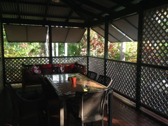 Cocos Beach Bungalows: The deck area