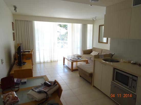 Netanya Noosa: Lounge and kitchen area