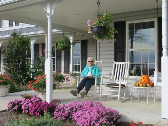 The Inn at Westwynd Farm: Relaxing on the front porch