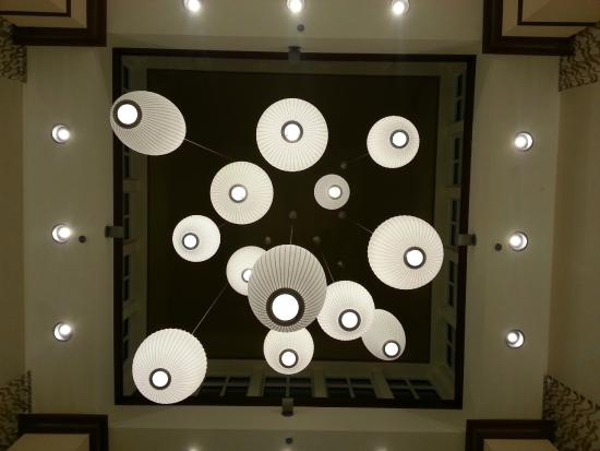 Hilton Garden Inn Indianapolis Airport: Cool lights in lobby