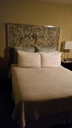 Inn At East Beach: Bed with faux stone headboard. Nice touch