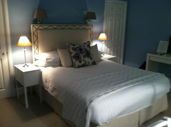 The Townhouse Hotel: Bed with closet door