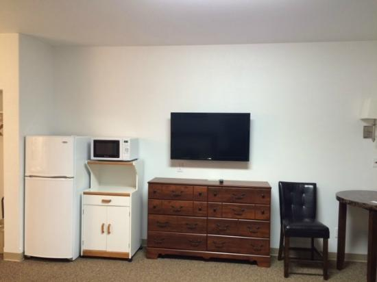 Brick City Motel: Room TV - Kitchenette Area.