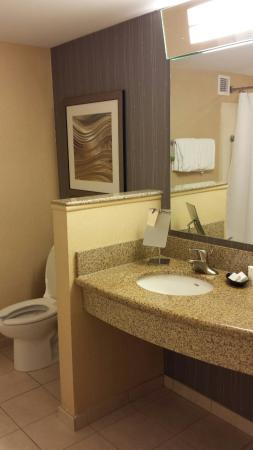 Courtyard Portland Airport: Beautifully updated large clean bathroom!