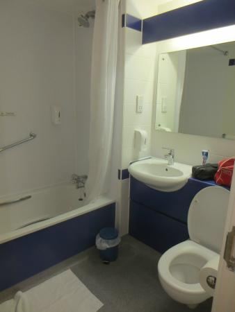 Travelodge Portsmouth: Bathroom