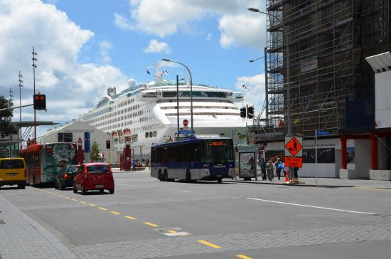 Queen Street: Queen St to the ship