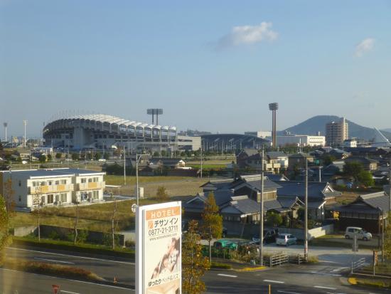 Chisun Inn Marugame Zentsuji: 部屋から丸亀競技場