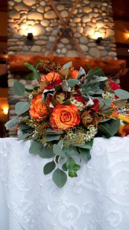 Lizard Creek Lodge: Flowers in front of fire place