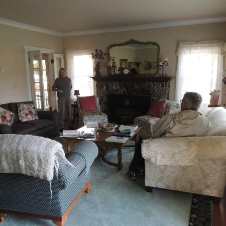 Bear Flag Inn: Living room for guests to use