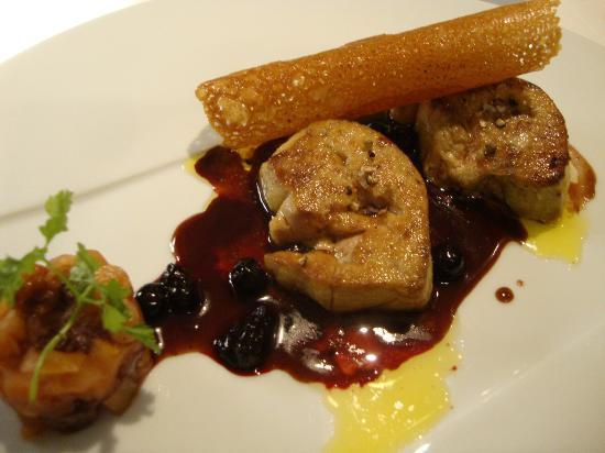 Restaurant Pierre : Foie Gras poêlé sauce cassis, chutney de fruits frais et secs épicés, petite tuile croustillante
