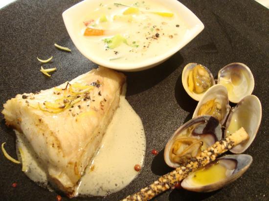 Restaurant Pierre : Rôti de gros Turbo sauvage cuit sur l'arrête aux zestes de citron, palourdes marinières et blanq
