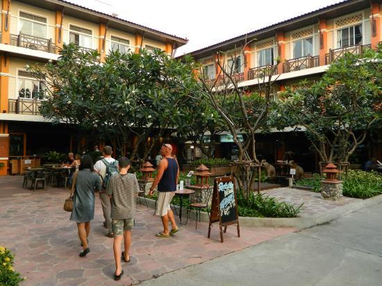 Rambuttri Village Inn & Plaza: Дворик перед отелем
