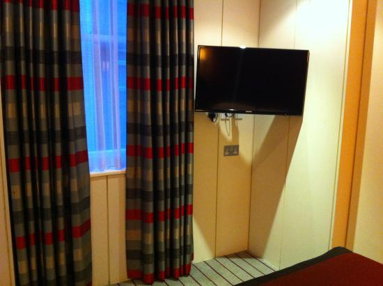 DoubleTree by Hilton Hotel London - West End: Nicely decorated and nice tv