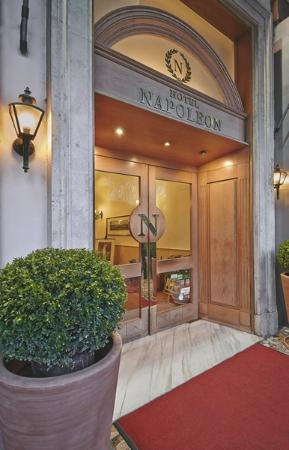 Hotel Napoleon: entrance of the hotel