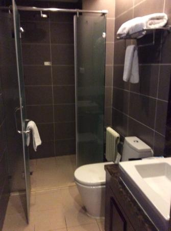 Beijing Ron Yard Hotel: our very western bathroom with rain shower