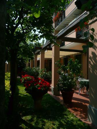 Astor Victoria: Giardino lato ingresso