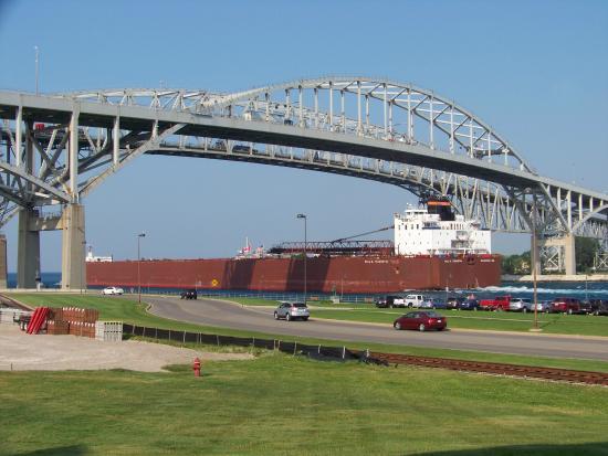 DoubleTree by Hilton Hotel Port Huron : Ship under bridge