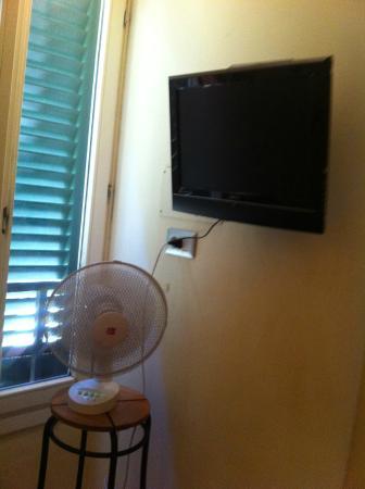 Bed and Breakfast di Piazza del Duomo: Ventilador y tv