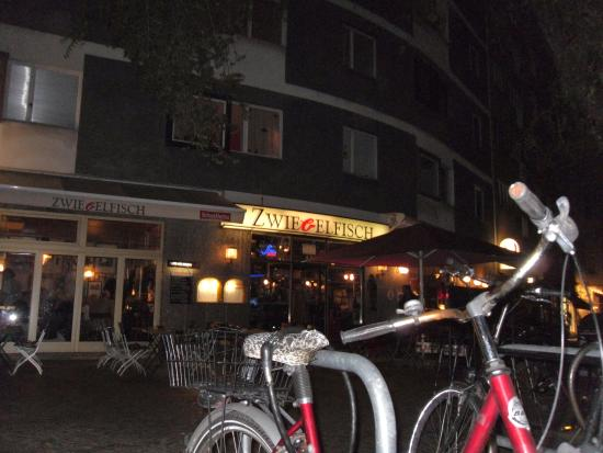 Zwiebelfisch: Exterior at night