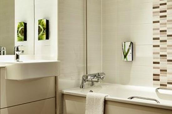 Premier Inn Macclesfield South West Hotel: Bathroom
