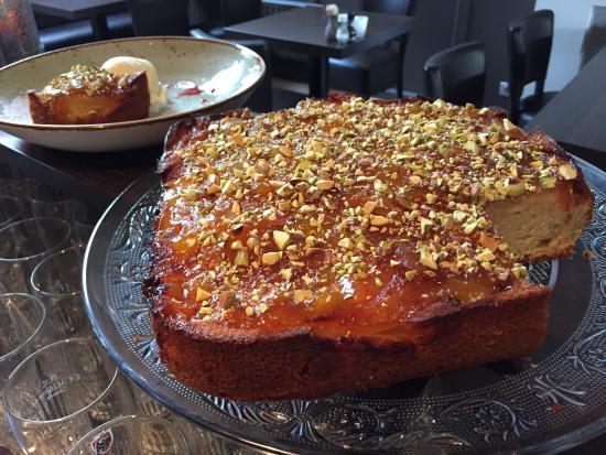 Brasserie A-muse: Huisgemaakte appel amandelcake met pistache